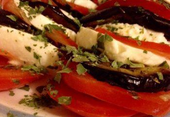 Tomaat mozarela aubergine food